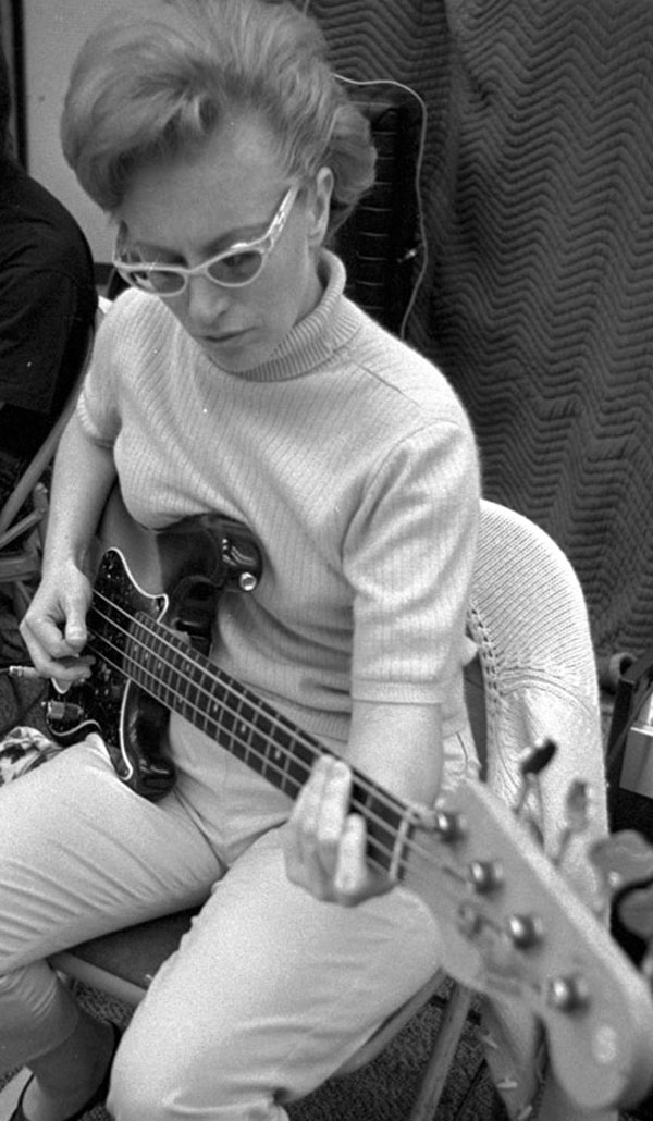 carol-kaye-at-gold-star-studios-19641